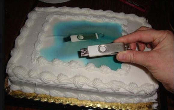 Заказал необычный торт... и передал фотографию для него на флешке. Вот что я получил.