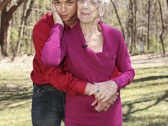 Парень нашел себе даму постарше грудь девушки смотреть