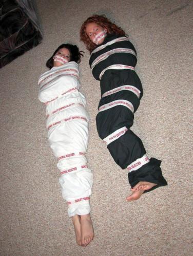 фото девушек связанных скотчем