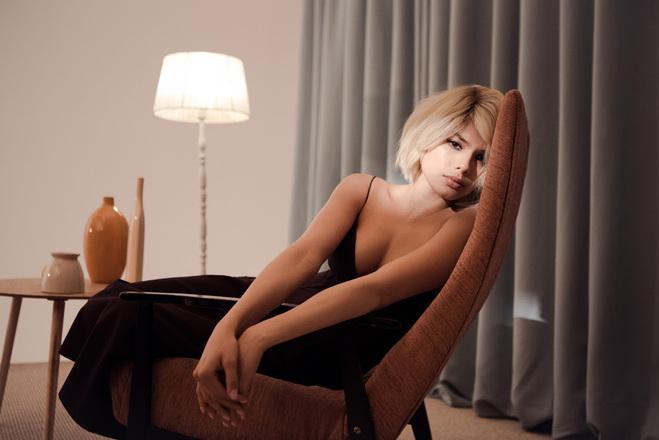 Michelle Andrade в образе блондинки