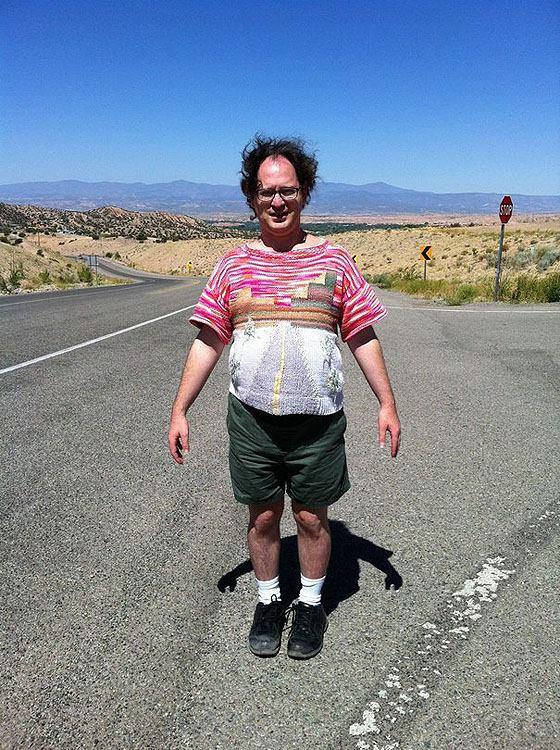 Зв'язав і сфоткався: турист фотографується на тлі визначних пам'яток зі своїх светрів