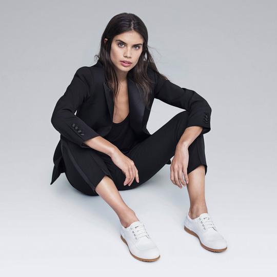 С чем носить кроссовки весной-летом 2017: стильные образы «ангела» Victoria's Secret