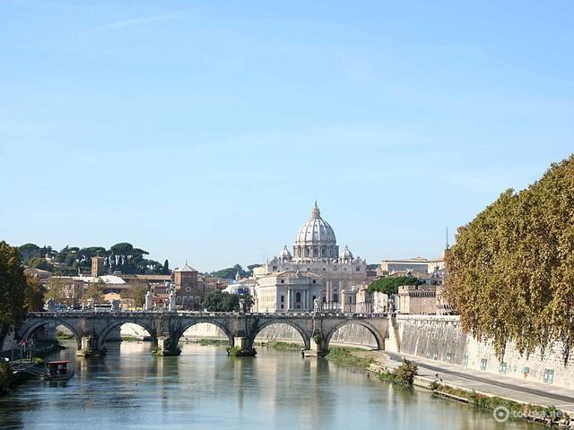Цікаві місця Риму: набережна Тибру з видом на Ватикан