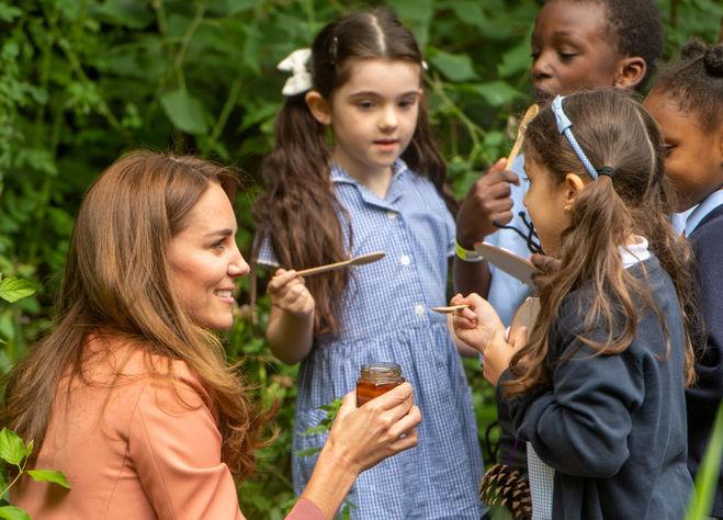 Кейт Міддлтон пригощає школярів медом