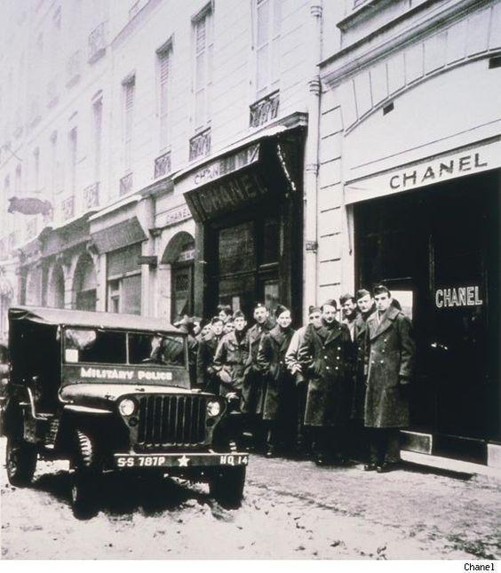 Солдаты у бутика Chanel