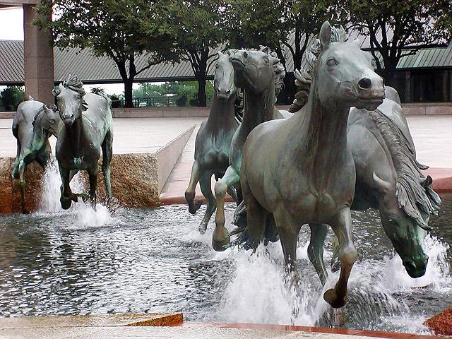 Самые необычне фонтаны: Фонтан Мустанги, Ирвинг