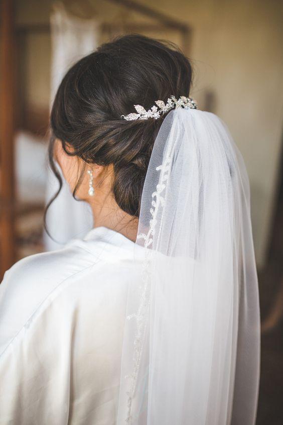 Модна весільна зачіска з фатою