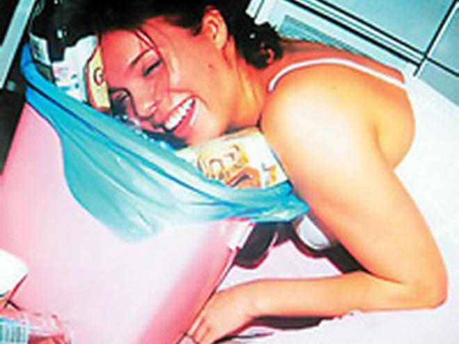 фото пьяная тетя спит в одних трусах