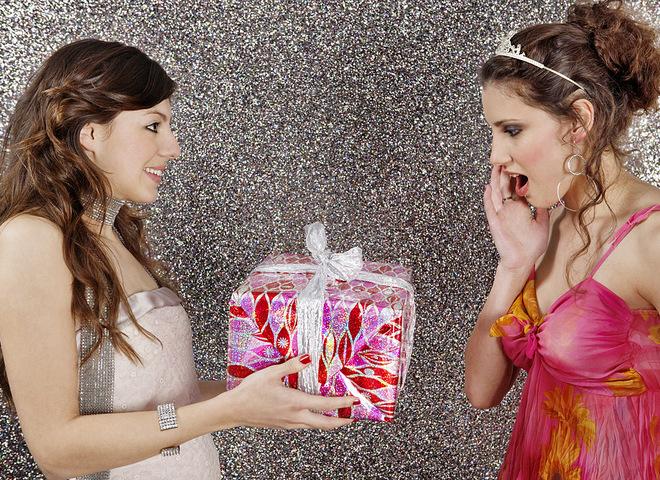 Подарунки на 8 березня подрузі