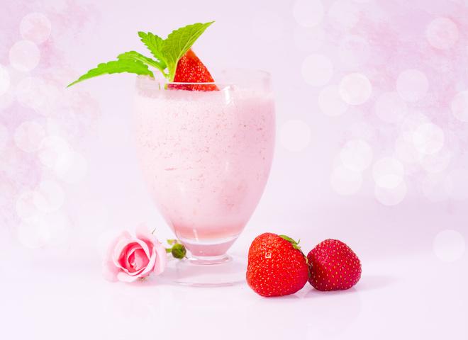 Рецепт молочного коктейля с клубникой и мороженым