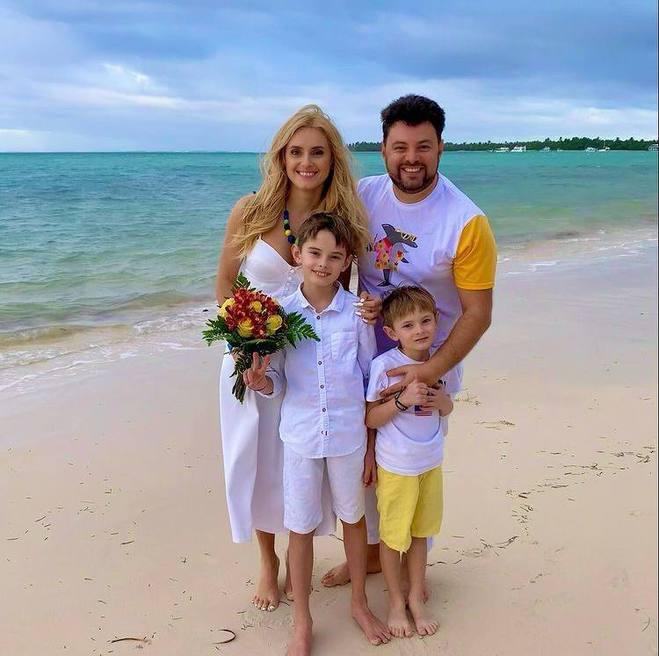 Ірина Федишин з чоловіком і синами
