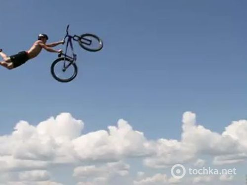 Замедленная съемка прыжков в воду на велосипедах...