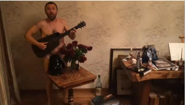 Сергей Шуров прикрылся гитарой