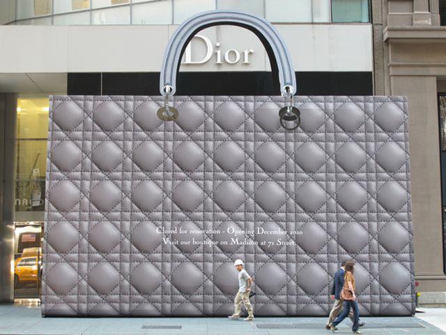Необычные магазины мира: сумка-гигант от Dior и велосипеды на фасаде