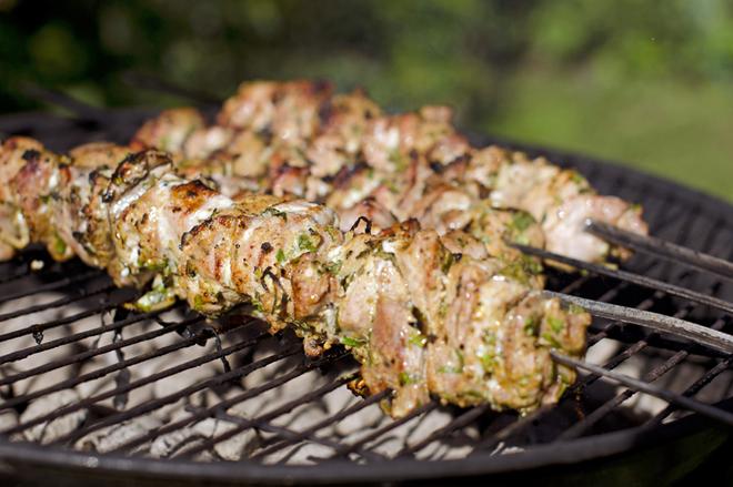 Як замаринувати шашлик зі свинини: топ-5 маринадів для цінителів м'яса на мангалі