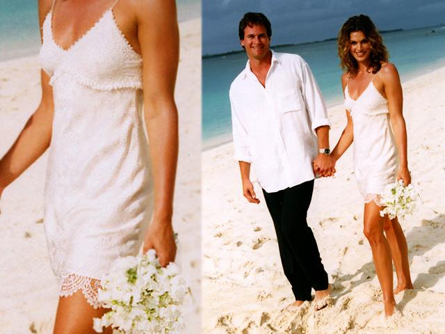 Кроме того, формат свадебной церемонии требовал от Синди платья без наворотов, ведь торжество проходило на пляже