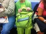 В метро сидел кузнечик