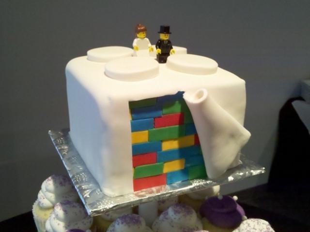 """Или подари гангстерский торт со словами:  """"Мы с тобой - настоящие Бонни и Клайд, мистер и миссис Смит!"""