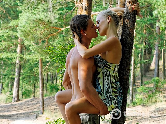 seks-vlyublennih-v-lesu