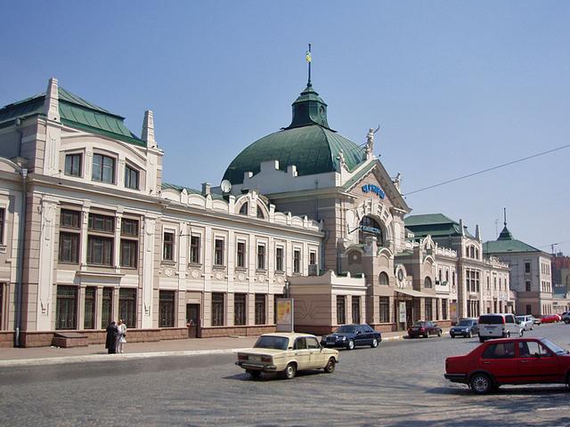 Архитектурные достопримечательности Черновцов: богиня, корабль и резиденция митрополитов