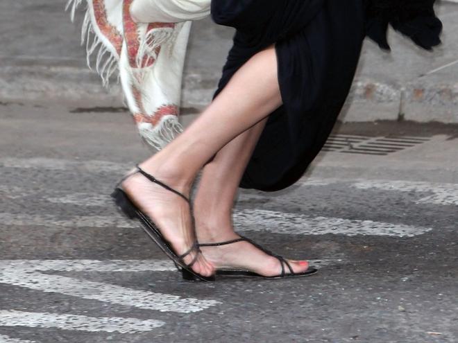 Голливудская звезда даже на светские мероприятия может позволить себе обуть босоножки на