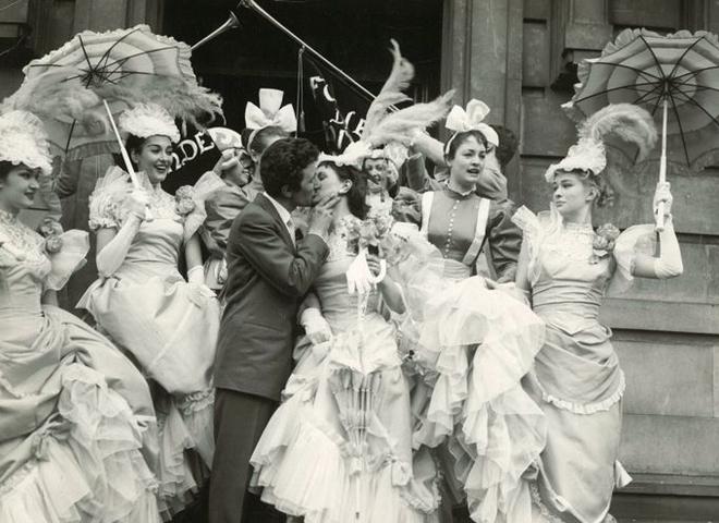 Обручки: як змінювалася мода на прикраси протягом 100 років (відео)