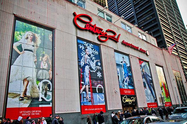 Рай для шопоголиков в Нью-Йорке: аутлет в городе, горы одежды и самый большой магазин в мире