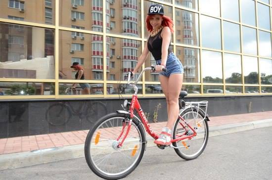 в мини юбке на велосипеде: