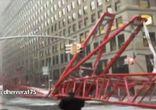 Момент падения строительного крана в центре Нью-Йорка