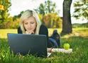 Дівчина з ноутбуком в парку