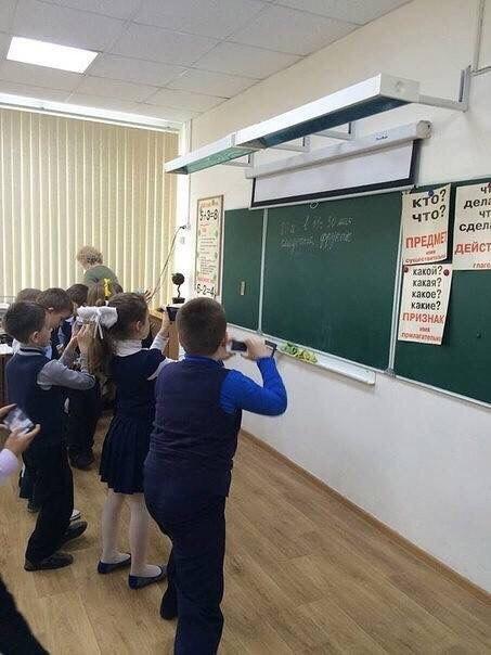 Первоклассники записывают домашнее задание